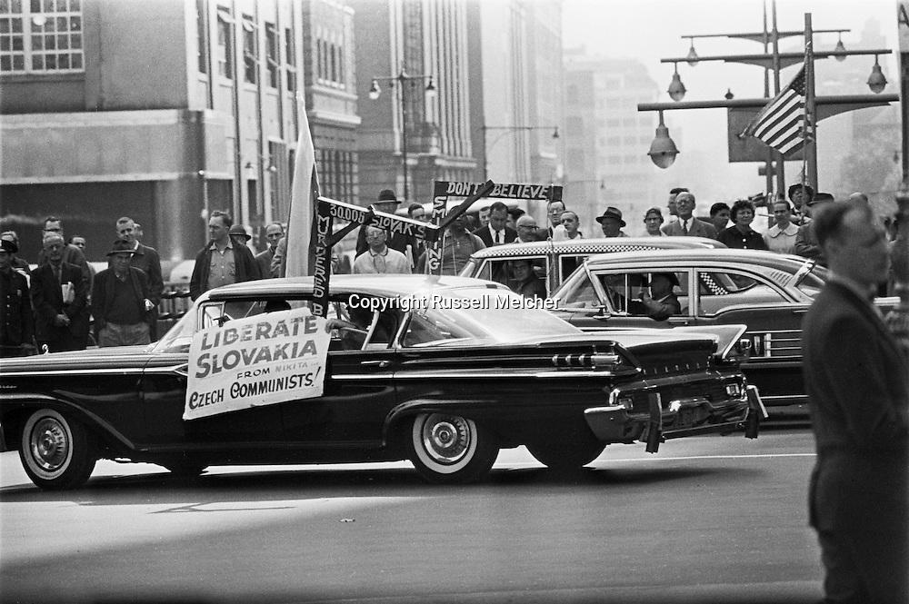 1959. Demonstrators during Khrushchev's visit in New York.<br /> <br /> 1959. Les manifestants lors de la visite de Khrouchtchev à New York .