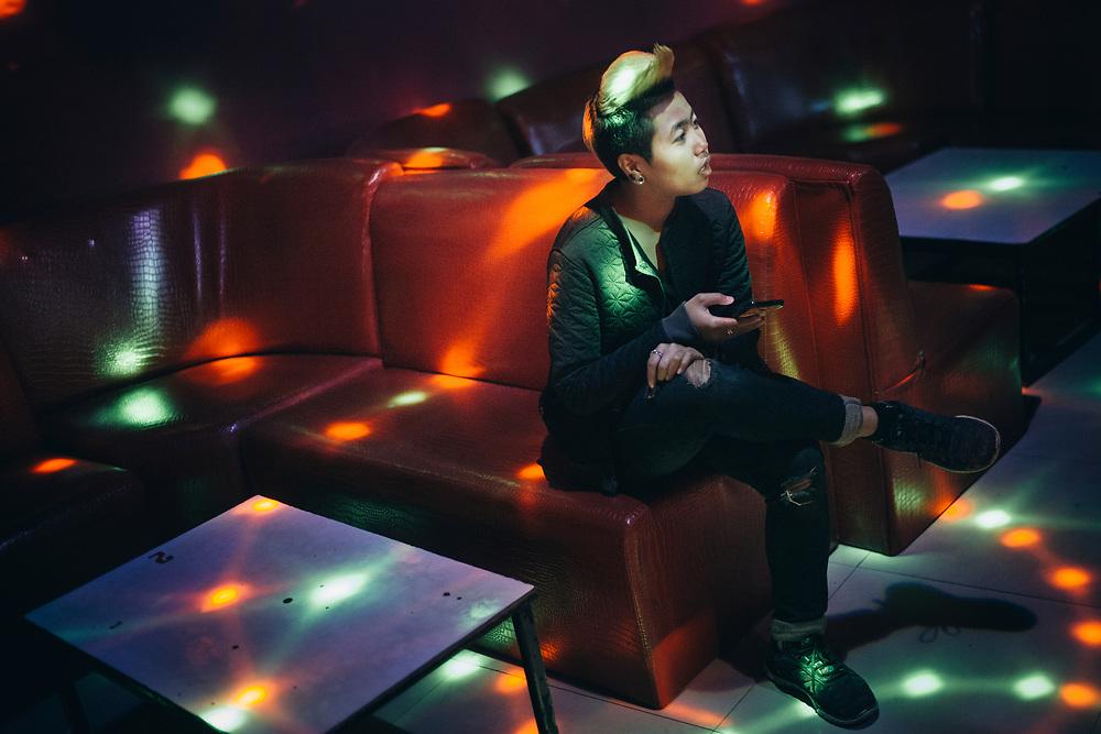 """Pattaya, April 10, 2017 - Tomboys awaiting at the Oscar Club, The best and most popular place to meet Toms in Pattaya located off Soi Buakhao. When I first entered this place one of the many hot (and handsome) Tomboys giggled while asking me: """"Are you a Adam?""""Pattaya, le 10 avril 2017 - Les Tomboys attendent au Club Oscar, le meilleur et le plus populaire endroit pour rencontrer les Toms à Pattaya situé au large de Soi Buakhao. Quand je suis entré pour la première fois dans cet endroit, l'un des nombreux Tomboys chauds (et beaux) a gloussé en me le demandant : """"Es-tu un Adam ?"""""""