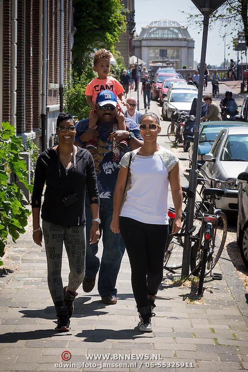 NLD/Amsterdam/20130607 - Alicia Keys gaat met haar vader, moeder en zoontje Egypt een stukje lopen door de stad - Alicia Keys goes walking with father, mother and her son Egypt trough the city of Amsterdam prior to her concert