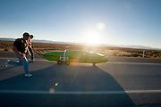 De Glow Worm tijdens de eerste race van de WHPSC. In Battle Mountain (Nevada) wordt ieder jaar de World Human Powered Speed Challenge gehouden. Tijdens deze wedstrijd wordt geprobeerd zo hard mogelijk te fietsen op pure menskracht. Ze halen snelheden tot 133 km/h. De deelnemers bestaan zowel uit teams van universiteiten als uit hobbyisten. Met de gestroomlijnde fietsen willen ze laten zien wat mogelijk is met menskracht. De speciale ligfietsen kunnen gezien worden als de Formule 1 van het fietsen. De kennis die wordt opgedaan wordt ook gebruikt om duurzaam vervoer verder te ontwikkelen.<br /> <br /> The Glow Worm during the first race of the WHPSC. In Battle Mountain (Nevada) each year the World Human Powered Speed Challenge is held. During this race they try to ride on pure manpower as hard as possible. Speeds up to 133 km/h are reached. The participants consist of both teams from universities and from hobbyists. With the sleek bikes they want to show what is possible with human power. The special recumbent bicycles can be seen as the Formula 1 of the bicycle. The knowledge gained is also used to develop sustainable transport.