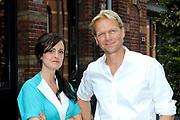 Najaarspresentatie 2012/2013 VARA in de studio van De Wereld Draait Door op het Westergasterrein in Amsterdam.<br /> <br /> Op de foto:  Janine Abbring en Menno Bentveld van Vroege Vogels
