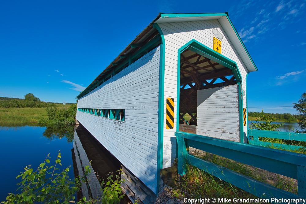 Pont couvert (covered bridge) crossing La rivière Fraser <br />Latulipe-et-Gaboury<br />Quebec<br />Canada
