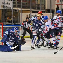 Kampf um den Puck, v.l. Iserlohns Andreas Jenike (Nr.92), Iserlohns Robert Raymond (Nr.23), Mannheims Jan-Mikael Jaervinen (Nr.71), Mannheims Marcel Goc (Nr.23)  im Spiel in der DEL, Iserlohn Roosters (dunkel) - Adler Mannheim (hell).<br /> <br /> Foto © PIX-Sportfotos *** Foto ist honorarpflichtig! *** Auf Anfrage in hoeherer Qualitaet/Aufloesung. Belegexemplar erbeten. Veroeffentlichung ausschliesslich fuer journalistisch-publizistische Zwecke. For editorial use only.