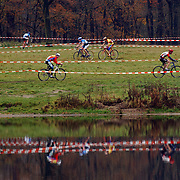 Veldrit rond Anna's Hove Hilversum, spiegeling in water, renner, wielrenners, afzetlint