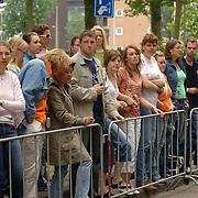 NLD/Amsterdam/20060625 - Robbie Williams verlaat het hotel in Amsterdam voor een laatste optreden van zijn show, fans