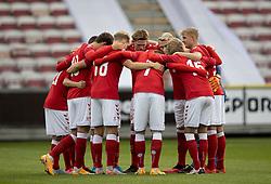 Det danske hold samlet på banen før U21 EM2021 Kvalifikationskampen mellem Danmark og Ukraine den 4. september 2020 på Aalborg Stadion (Foto: Claus Birch).