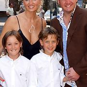 NLD/Naarden/20050527 - Huwelijk jongste zus Rene Froger, rene met partner natascha Kunst en zonen Maxim, Didier