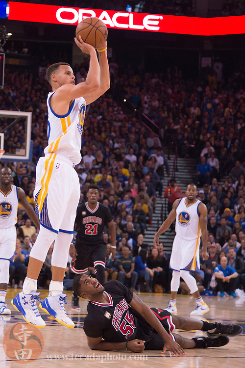 November 20, 2015; Oakland, CA, USA; Golden State Warriors guard Stephen Curry (30) shoots the basketball against Chicago Bulls guard E'Twaun Moore (55) during the first quarter at Oracle Arena.