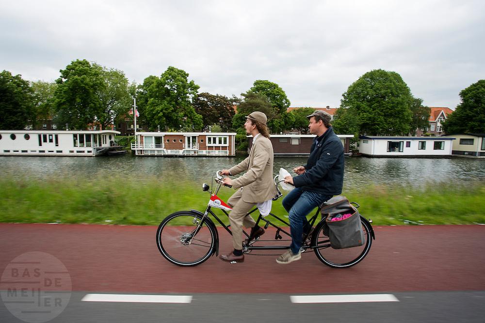 Twee mannen rijden op een tandem uit 1934. Bij Utrecht wordt de tandemtocht gehouden. De tocht werd van 1975 tot 1982 jaarlijks gehouden en was in die tijd een groots succes. Organisator Herbert Kuner, een expert in oude fietsen, wil het nu nieuw leven inblazen. In totaal rijden dit jaar vijftien tandems mee. Tijdens de route van 40km rondom Utrecht hoeven de fietsers slechts zes verkeerslichten te passeren.<br /> <br /> Two men ride a 1934 tandem. In Utrecht, the tandem tour is held. The tour was held annually from 1975 to 1982 and at that time was a grand success. Organizer Herbert Kuner, an expert in old bikes, wants to restart the tradition. In total this season, with fifteen tandems. During the route of 40km around and Utrecht cyclists passing only six traffic lights.