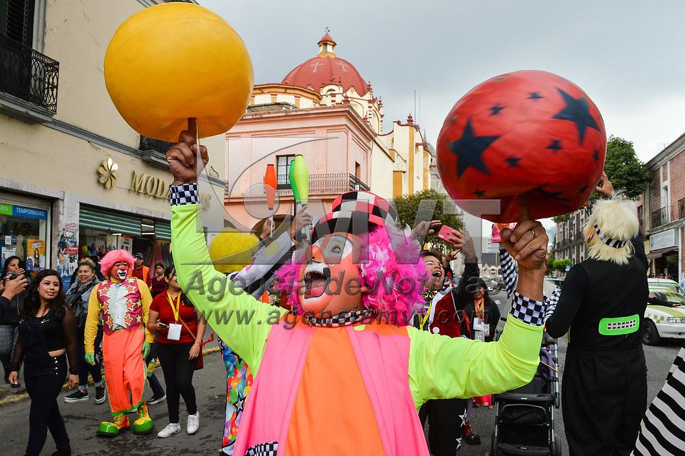 Toluca, México.- Payasos que participan en la cuarta edición del Festival Internacional de Arte y Espectáculo desfilan por las calles de Toluca. Agencia MVT / Mario Vázquez de la Torre.
