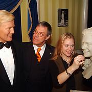 Onthulling wassen beeld Willem-Alexander Madame Tussaud, en maakster beeld Maxima