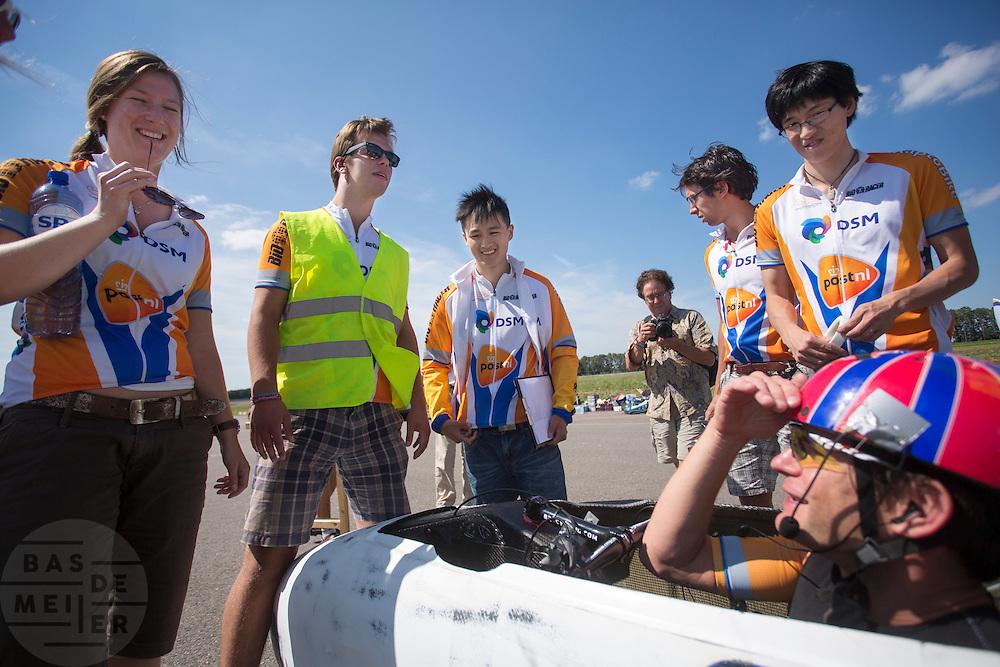 Jan Bos informeert hoe het met starter Manouk (links) is na de ongelukkige val. Het Human Power Team Delft en Amsterdam, bestaande uit studenten van de TU Delft en de VU Amsterdam, trainen op de RDW baan in Lelystad voor de laatste keer voor de recordpoging. In september wil het team met Jan Bos en Sebastiaan Bowier het snelheidsrecord op de fiets te verbreken. Dat record staat nu op 133 km/h.<br /> <br /> Jan Bos informs how starter Manouk is doing after the crash. Human Power Team Delft and Amsterdam are having the last training for the record attempt in Battle Mountain (USA) at the RDW test track in Lelystad. The team will try to break the world speed record with a human powered vehicle with riders Jan Bos and Sebastiaan Bowier. The record is now at 133 km/h..