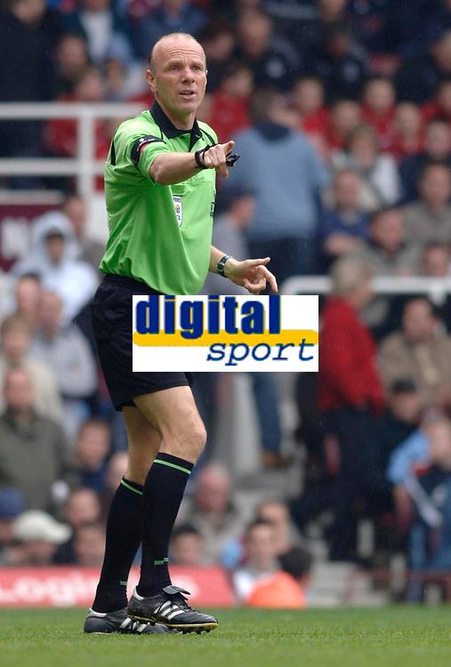 Photo: Daniel Hambury.<br />West Ham United v Manchester City. The Barclays Premiership. 15/04/2006.<br />Referee Steve Bennett.
