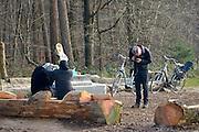 Nederland, the Netherlands, Nijmegen, 4-11-2015Kamp, tentenkamp Heumensoord, de tijdelijke noodopvang, azc, van het COA. Plaats voor 3000 asielzoekers. Mensen wandelen buiten. Door de zachte winter is het in de tenten nog niet zo koud. Een man maakt een foto van twee gesluierde vrouwen. De een doet bij de ander een ijsmuts op.FOTO: FLIP FRANSSEN