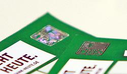 06.05.2010, Weserstadion, Bremen, GER, Pressekonferenz, Werder Bremen vs Hamburger SV (HSV), im Bild eine echte und eine gefaelschte Eintrittskarte. Hinweise auf die Unterschiede sind, der Unterschied ist erst beim Erfuehlen des Hologramms moeglich. Daraufhin wird es am Spieltag zu Verzoegerungen am Ostkurveneingang kommen. Betroffen sind scheinbar nur Stehplatzkarten der Ostkurve. EXPA Pictures © 2010, PhotoCredit: EXPA/ nph/  Arend