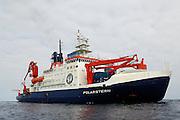 """Das deutsche Forschungsschiff """"Polarstern"""" liegt auf Station direkt am Äquator. Während eines sogenannten Vertikal-Hols (das Multinetz wird senkrecht bis auf 1000 m Tiefe herabgelassen) muss das Schiff exakt seine Position beibehalten, bis das Netz wieder an Bord gehievt wurde."""