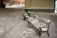 Bialystok, 16.01.2021. Gwaltowny atak zimy, w ciagu paru godzin przybylo kilkanascie centymetrow sniegu N/z zasypane sniegiem lawki fot Michal Kosc / AGENCJA WSCHOD