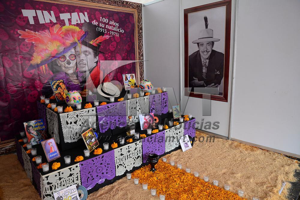 Toluca, México.- Estudiantes y paseantes visitan las ofrendas instaladas en la Plaza de los Mártires, en donde también aprovechan para tomarse la fotografía del recuerdo y comprar algunas artesanías.  Agencia MVT / Crisanta Espinosa