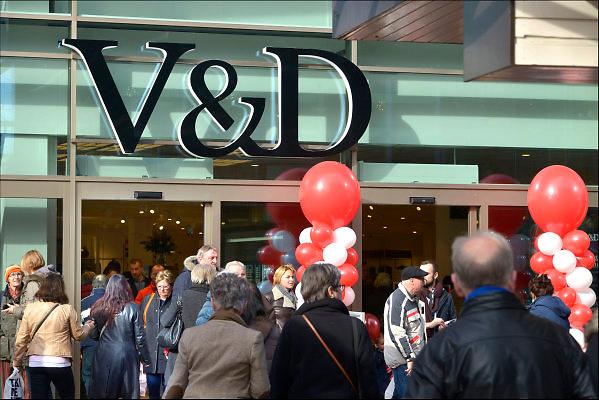Nederland, Uden, 25-2-2015In Uden werd vandaag een nieuw winkelcentrum in het centrum, de passage, geopend. Een van de nieuwe winkels is een vestiging, filiaal, van warenhuis V en D. Het concern heeft problemen met het betalen van de huur van de winkels. Ook is het personeel gevraagd een loonoffer te maken, maar dat is geweigerd door de FNV en gehonoreerd door de rechter. De retailer kampt met grote financiele problemen vanwege de teruglopende omzet, verkoop en het veranderende consumentengedrag naar online winkelen via internet. Het personeel in deze vestiging zit op het lagere loonniveau wat de directie ook voor de andere medewerkers wilde..Ook H en M, WE en Apple zitten in deze shopping mall.FOTO: FLIP FRANSSEN/ HOLLANDSE HOOGTE