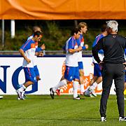 NLD/Katwijk/20100809 - Training van het Nederlands elftal, bondscoach Bert van Marwijk kijkt toe