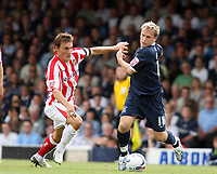 Photo: Chris Ratcliffe.<br />Southend United v Sunderland. Coca Cola Championship. 19/08/2006.<br />Dean Whitehead (L) of Sunderland clashes with Steven Hammell of Southend.