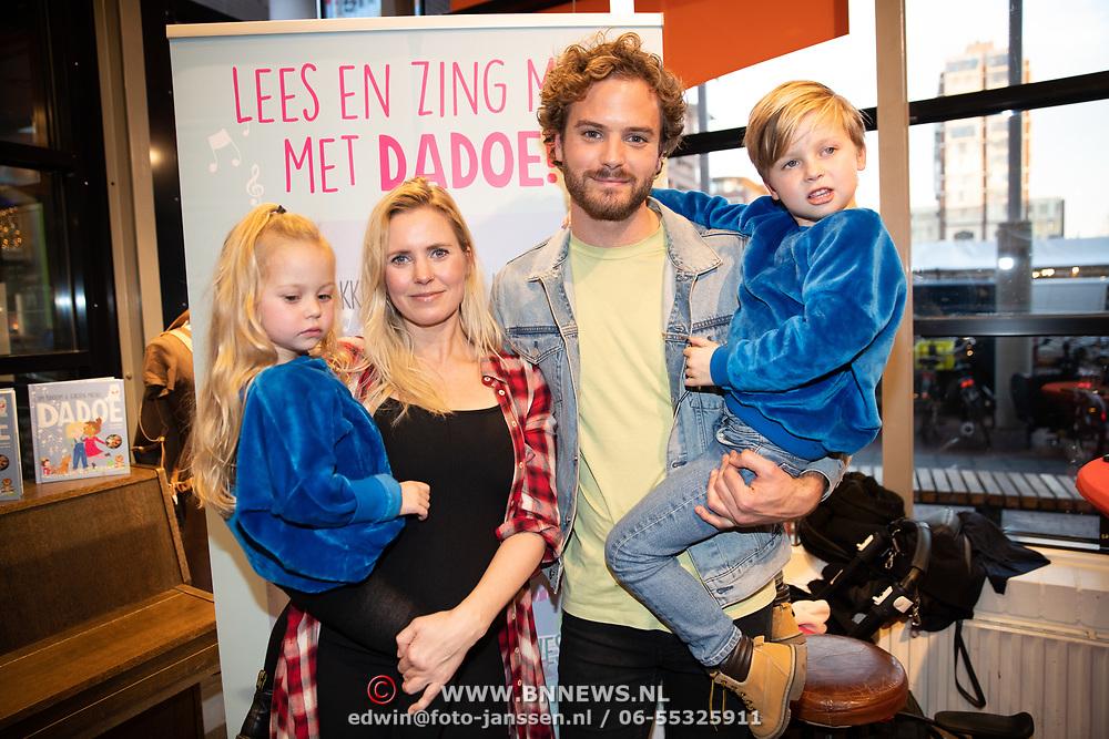 NLD/Amstelveen/20181109- Boekpresentatie Jim Bakkum 'Dadoe en zijn vriendjes' , Jim Bakkum met  partner Bettina Holwerda en dochtertje Posy en zoon Lux