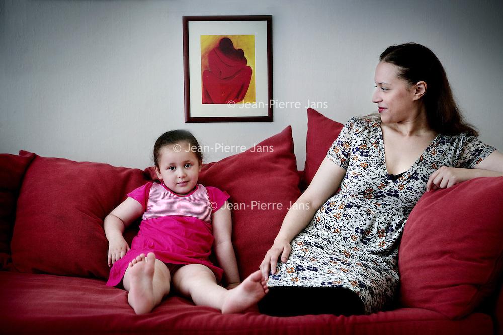 Nederland, Zaandam,21 augustus 2008..De Marokkaanse schrijfster Naima El Bezaz en haar dochtertje Sophia..In 2007 besloot zij een tijdlang de publiciteit te mijden vanwege bedreigingen aan haar gericht naar aanleiding van de maatschappijkritiek en expliciete seksualiteit in haar boek De verstotene. .The Moroccan writer Naima El Bezaz.