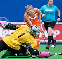 BOOM - Kim Lammers stuit op de Ierse keeper Emma Gray, tijdens de eerste poule wedstrijd van Oranje tijdens het Europees Kampioenschap hockey   tussen de vrouwen Nederland en Ierland. ANP KOEN SUYK