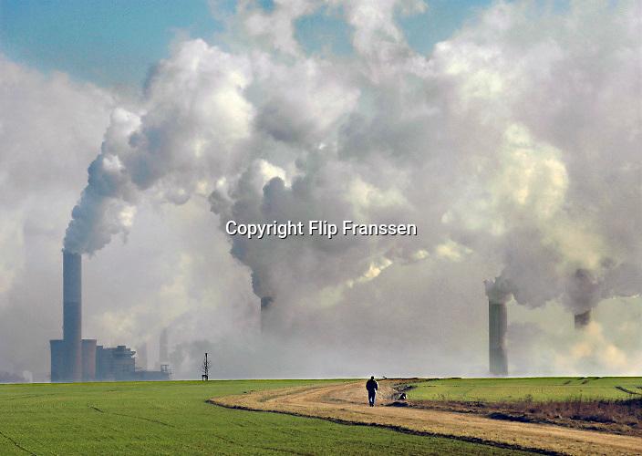 Duitsland, Germany, Deutschland, Jackerath, 10-11-2018De bruinkoolcentrales van Frimmersdorf en Grevenbroich worden gestookt met bruinkool die in de open bruinkoolmijn Garzweiler wordt gewonnen. De mijn en centrales zijn eigendom van energiemaatschappij RWE. De graafmachine is gebouwd door staalbedrijf Krupp en elektronicabedrijf Siemens. Door de bruinkoolwinning verdwijnen verschillende dorpen ten oosten van Erkelenz, zoals Immerath. Noordrijn-Westfalen heeft het besluit genomen om de bruinkoolmijn Garzweiler II in te perken. Het besluit van de deelstaatregering wordt uitgelegd als een belangrijke koerswijziging in de richting van een definitieve afbouw van de bruinkoolmijn, die de grootste is van Duitsland. Energiebedrijf RWE, de eigenaar van de mijn, heeft een concessie tot 2045. De bruinkoolgebieden liggen niet ver van de grens met Nederland en de centrales beinvloeden de luchtkwalitiet.Foto: Flip Franssen