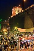 Nederland, Nijmegen, 20-7-2015 Recreatie, ontspanning, cultuur, dans, theater en muziek in de binnenstad tijdens het zomerfestival de Kaaij. Vooral tijdens de zomerfeesten een gewilde plek om te rontspannen. Het alternatieve en relaxte terrein onder de Waalbrug van festival de Kaay waar eten en drinken, verschillende soorten live muziek en zitten bij het water van de rivier de Waal de leukste dingen zijn. Foto: Flip Franssen/Hollandse Hoogte