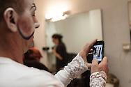 """Il back stage  del teatro della Tosse di Genova, dove i detenuti attori della compania della Fortezza hanno rammpresentato 'Hamlice """" tratto da 'Alice nel Paese delle meraviglie' , regia Armando Punzo. Un attore si fotografa nei camerini del teatro"""