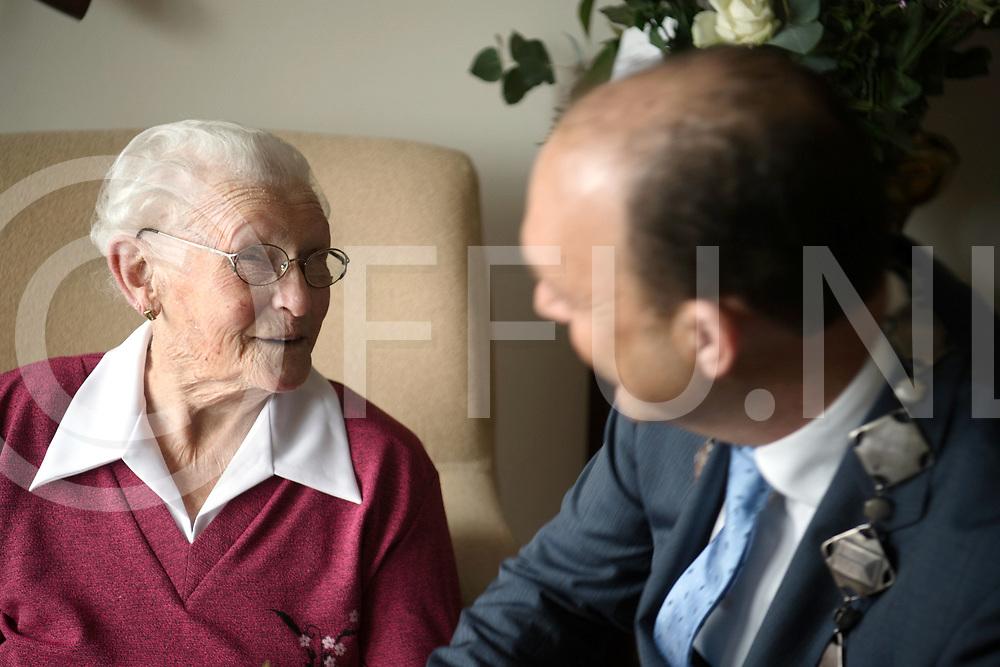 HARDENBERG - 100 jaar.<br /> Foto: Aaltje Wilpshaar-Leferink is 100 jaar geworden.<br /> Fit praat zij met burgemeester Peter Snijders.<br /> FFU PRESS AGENCY COPYRIGHT FRANK UIJLENBROEK