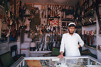Pakistan, Province Frontiere du Nord Ouest, zones tribales, boutique d'arme à Darra / Pakistan, North West Frontier Province, tribal area, gun shop at Darra