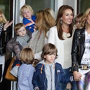 NLD/Amsterdam/20120604 - Vertrek Nederlands Elftal voor EK 2012, Sylvie van der Vaart - Meis en zoon Damian