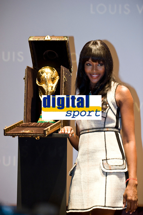 Fotball<br /> VM 2010<br /> Foto: Dppi/Digitalsport<br /> NORWAY ONLY<br /> <br /> FOOTBALL - MISCS - FIFA WORLD CUP 2010 - PRESENTATION NEW LOUIS VUITTON'S CASE FOR THE WORLD CUP TROPHY - 1/06/2010<br /> <br /> TOP MODEL NAOMI CAMPBELL