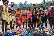 Hinduiska pilgrimer, på väg till det heliga templet i Sabarimala. Pilgrimerna måste gå flera kilometer för att nå fram. På huvudet bär de en kokosnöt fylld med ghee – skirat smör – och ris.  <br /> <br /> Hindu pilgrims on their way to the Temple Sabarimala. The pilgrims have to walk several kilometers to reach. On their heads are they carrying a coconut filled with ghee, clarified butter, and rice.  <br /> <br /> Copyright 2016 Christina Sjögren, All Rights Reserved