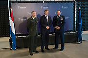 Koning Willem Alexander bij Future Force Conference 2015 in het Nationaal Militair Museum, Soesterberg. De driedaagse conferentie richt zich op de krijgsmacht van de toekomst. <br /> <br /> King Willem Alexander at Future Force 2015 Conference in the National Military Museum, Soesterberg. The three-day conference focuses on the armed forces of the future.<br /> <br /> Op de foto / On photo:  Commandant der Strijdkrachten Tom Middendorp, Koning Willem-Alexander en de opperbevelhebber van de NAVO-strijdkrachten generaal Philip Breedlove <br /> <br /> Chief of Defence Tom Middendorp, King Willem-Alexander and the supreme commander of NATO forces General Philip Breedlove
