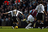 Photo: Chris Ratcliffe.<br />West Ham United v Newcastle United. The Barclays Premiership. 17/12/2005.<br />Micheal Owen (L) scores the first of his two goals.