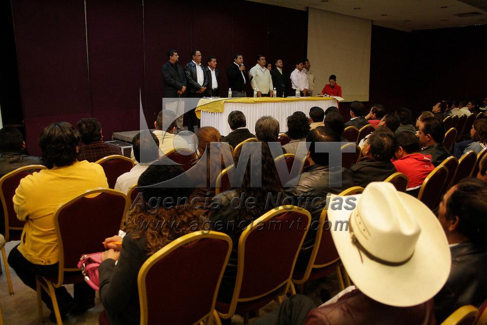 Toluca, México.- Diputados locales electos del PRD exhortaron al gobernador Eruviel Ávila Villegas, que se presente el próximo 5 de septiembre su primer informe de labores ante el pleno de la Legislatura y permita los cuestionamientos de las nuevas bancadas parlamentarias. Agencia MVT / Arturo Hernández S.