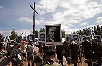 19.07.2015 Giby woj podlaskie Obchody 70. rocznicy Oblawy Augustowskiej - najwiekszej zbrodni w powojennej Polsce przy krzyzu w Gibach , ktory jest symbolicznym grobem ofiar . W lipcu 1945 roku Sowieci uprowadzili okolo 600 mieszkancow Augustowszczyzny , Sejnenszczyzny i Suwalszczyzny . Do tej pory nie wiadomo, gdzie znajduja sie ich groby . Sledztwo w tej sprawie trwa od 2001 roku . Akta licza juz ponad 70 tomow zas rozwiazaniem zagadki zajmuje sie zespol prokuratorow IPN , ktorzy przesluchali do tej pory ponad 700 swiadkow n/z harcerze z portretami pomordowanych w oblawie ludzi fot Michal Kosc / AGENCJA WSCHOD