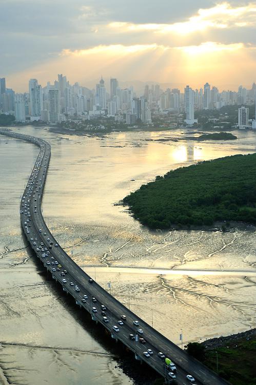 Corredor Sur y Ciudad de Panamá / Panamá.<br /> <br /> Edición de 10 | Víctor Santamaría.