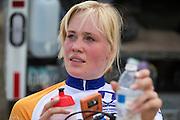 Christien Veelenturf bereidt zich voor op de kwalificaties. Het Human Power Team Delft en Amsterdam (HPT), dat bestaat uit studenten van de TU Delft en de VU Amsterdam, is in Amerika om te proberen het record snelfietsen te verbreken. Momenteel zijn zij recordhouder, in 2013 reed Sebastiaan Bowier 133,78 km/h in de VeloX3. In Battle Mountain (Nevada) wordt ieder jaar de World Human Powered Speed Challenge gehouden. Tijdens deze wedstrijd wordt geprobeerd zo hard mogelijk te fietsen op pure menskracht. Ze halen snelheden tot 133 km/h. De deelnemers bestaan zowel uit teams van universiteiten als uit hobbyisten. Met de gestroomlijnde fietsen willen ze laten zien wat mogelijk is met menskracht. De speciale ligfietsen kunnen gezien worden als de Formule 1 van het fietsen. De kennis die wordt opgedaan wordt ook gebruikt om duurzaam vervoer verder te ontwikkelen.<br /> <br /> Christien Veelenturf prepares for the qualifications. The Human Power Team Delft and Amsterdam, a team by students of the TU Delft and the VU Amsterdam, is in America to set a new  world record speed cycling. I 2013 the team broke the record, Sebastiaan Bowier rode 133,78 km/h (83,13 mph) with the VeloX3. In Battle Mountain (Nevada) each year the World Human Powered Speed ??Challenge is held. During this race they try to ride on pure manpower as hard as possible. Speeds up to 133 km/h are reached. The participants consist of both teams from universities and from hobbyists. With the sleek bikes they want to show what is possible with human power. The special recumbent bicycles can be seen as the Formula 1 of the bicycle. The knowledge gained is also used to develop sustainable transport.