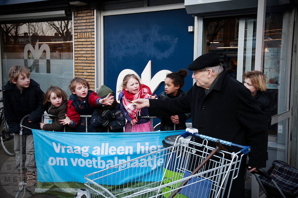 Bij de Albert Heijn in de Utrechtse wijk Oog in Al bedelen kinderen achter een dranghek bij een oudere man om voetbalplaatjes die je krijgt als je een bedrag hebt uitgegeven bij de AH.<br /> <br /> At the supermarket in Utrecht kids are begging an old man for his cards of soccer players.