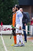EINDHOVEN - hockey - Sardar Singh van Bloemendaal met de Pakistaan Fareed Ahmed langs de lijn  tijdens de hoofdklasse hockeywedstrijd tussen de mannen van Oranje-Zwart en Bloemendaal (3-3). COPYRIGHT KOEN SUYK