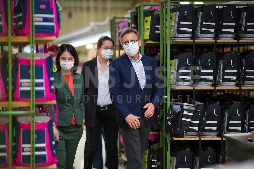 DEU, Deutschland, Germany, Eberswalde, 11.06.2020: Annalena Baerbock, Bundesvorsitzende von BÜNDNIS 90/DIE GRÜNEN, beim Besuch des Schulranzenherstellers Thorka (McNeill), der in der Corona-Krise auch Mund-Nase-Schutzmasken produziert. Rechts Klaus Götsch, Geschäftsführer McNeill. Baerbock führte Gespräche mit der Geschäftsführung über die Produktion und die Herausforderungen der Herstellung von medizinischen FFP-Masken.