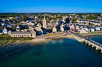 France, Manche (50), Cotentin, Portbail, l'église Notre-Dame et le pont aux treize arches de 1873 // France, Normandy, Manche department, Portbail, the church