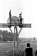 KIbice cieszący się ze zdobycie bramki. Stadion KS Kabel, Kraków 1978