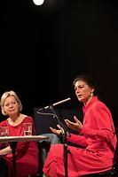 DEU, Deutschland, Germany, Berlin, 23.04.2018: Dr. Sahra Wagenknecht, Vorsitzende der Bundestagsfraktion von DIE LINKE, stellt sich den Fragen der Gäste bei einer Veranstaltung zur Vorstellung ihres Buchs, Reichtum ohne Gier, im Kulturhaus Karlshorst. Moderation: Gesine Lötzsch, stellvertretende Vorsitzende der Bundestagsfraktion von DIE LINKE.