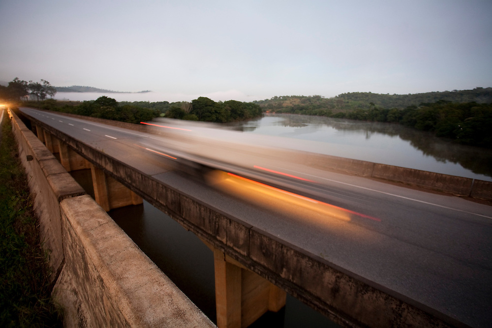 Perdoes_MG, Brasil...Ponte no Rio Grande em Perdoes...A bridge in the Rio Grande in Perdoes...Foto: LEO DRUMOND / NITRO.....