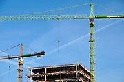 Nederland, Amsterdam, 22-11-2019Bouwactiviteiten bij station Amsterdam Zuid langs de zuidas. Woningen in project Sud. Hijskraan, kraan,kranen,hijskranen .Foto: Flip Franssen